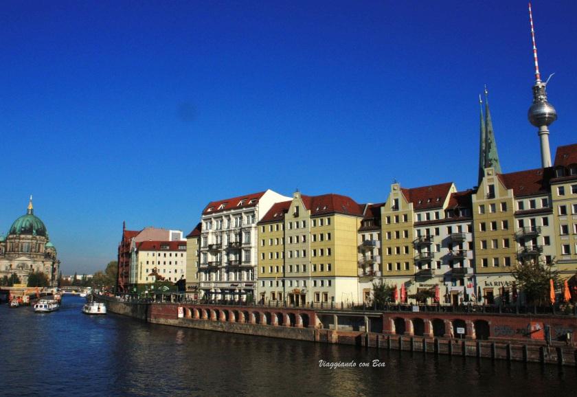 Nikolaiviertel veduta dal fiume Sprea