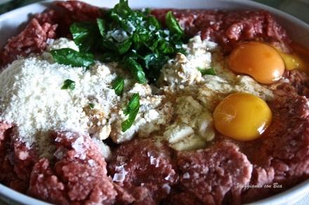 mix carne trite con uova, basilico, parmigiano, etc