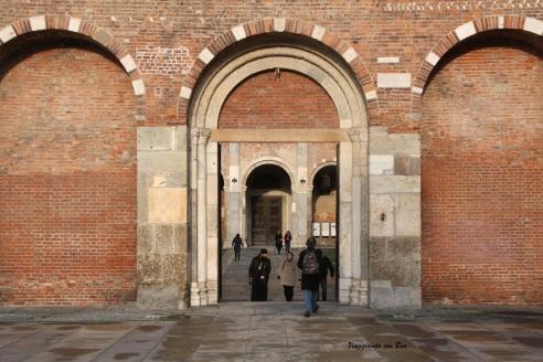 Si entra nell'atrio deChiesa di Sant'Ambrogio