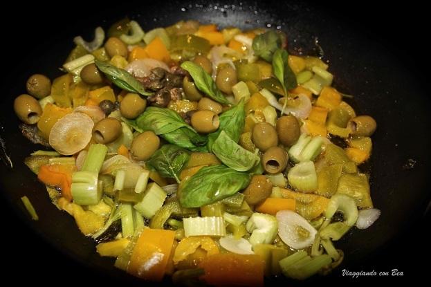 far rosolare cipolla, peperoni, sedano, olive e basilico