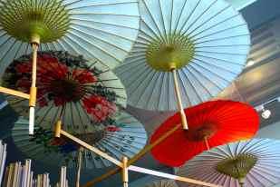 Ombrellini colorati che pendono dal soffitto