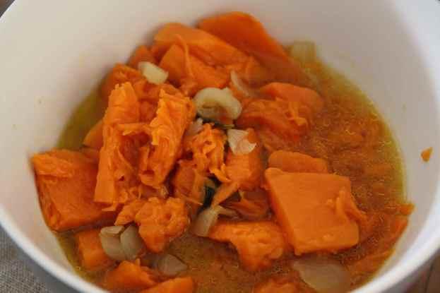 Cuocere la zucca con cipolla e qualche foglia di basilico