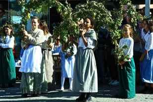deliziose ragazze che si esibiranno in danze di altri tempo