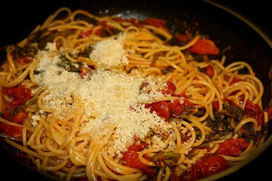 unire gli spaghetti ed il pecorino