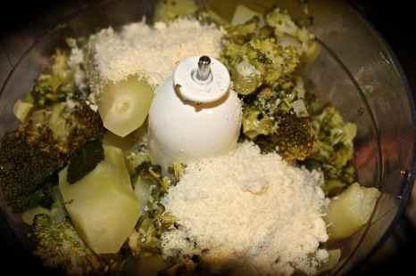 mettere i broccoli, il formaggio, noci, basilico, aglio e peperoncino nel mixer