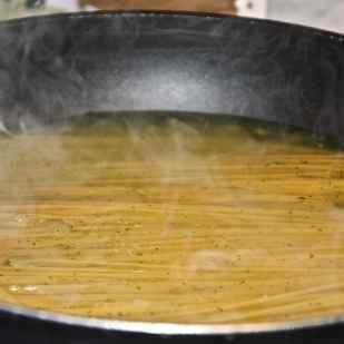 in un'ampia padella antiaderente e aggiungere gli spaghetti