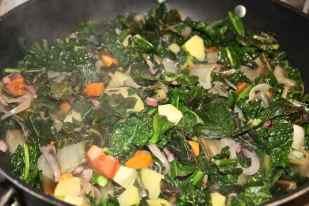a parte in un'ampia pentola antiaderente riporre parte del soffritto ed aggiungere tutte le verdure