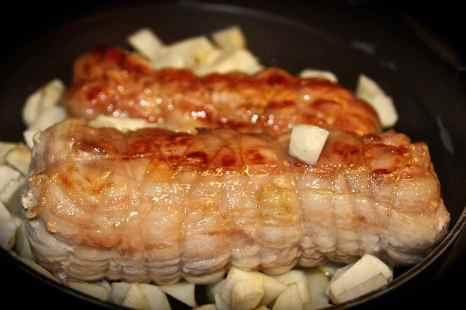ridurli in tocchetti e rosolare con la carne