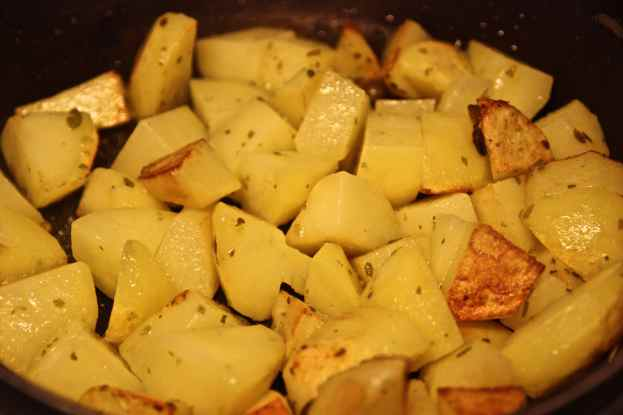 Rosolare i tocchetti di patate