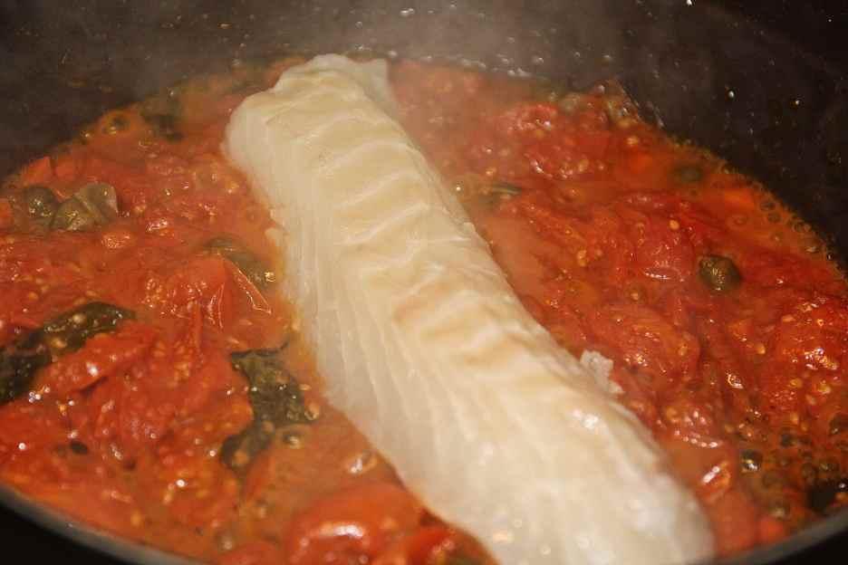 aggiungere il merluzzo e la salsa mutti