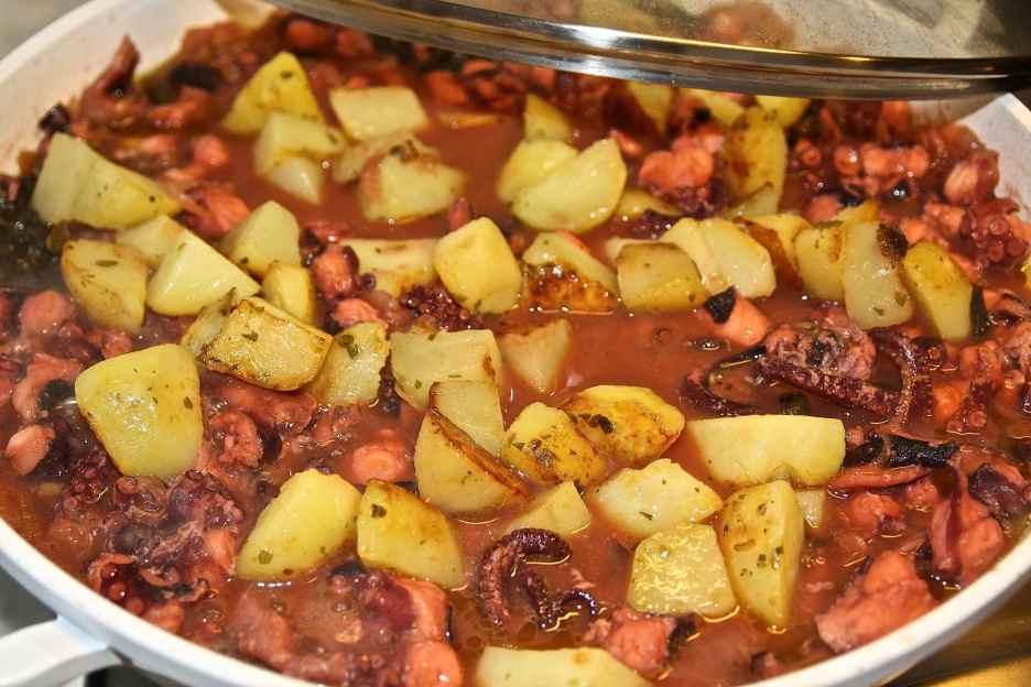 aggiungere le patate e continuare per almeno una mezz'ora