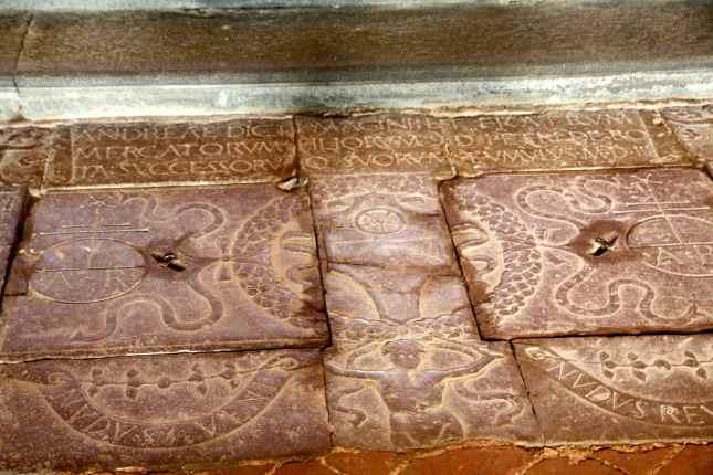 Pietre tombali sulla pavimentazione