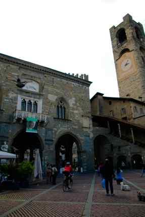 Scorcio tra Palazzo della Ragione e Campanone