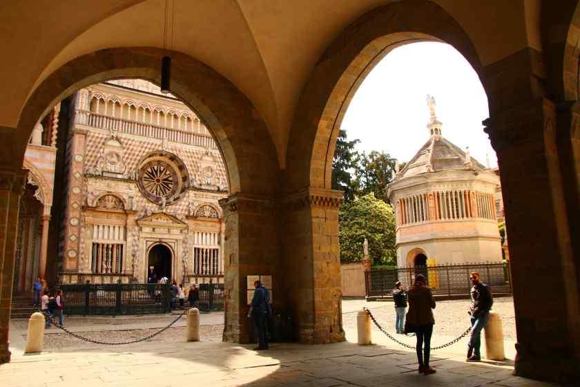 Ecco Piazza Duomo attraverso gli archi del Palazzo della Ragione