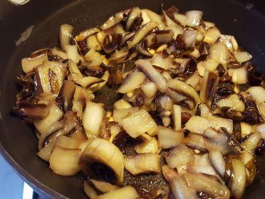 Far saltare in padella il radicchio con pinoli, uvetta, olio e sale