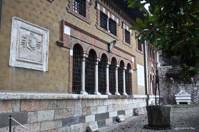 antichi in pietra e terracotta murati